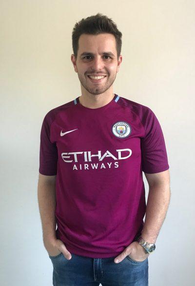 """d74b30afc2 A quarta camisa da série """"Minhas Camisas"""" é a do Manchester City reserva da  temporada 2017 2018. A peça foi fabricada pela Nike e eu ganhei esta camisa  como ..."""