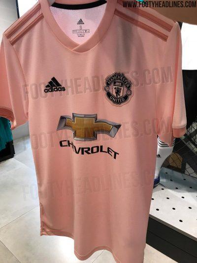 73b6f19d2f74c O Footy Headlines ainda afirma que a inspiração da camisa é a seção  Football Pink do jornal Manchester Evening News. Esta parte do jornal