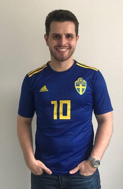 fc0a8da0a9 A 48ª camisa da série Minhas Camisas é a da Suécia, utilizada na Copa do  Mundo Rússia 2018. Na verdade, a Suécia esteve em campo com esta peça em  apenas uma ...